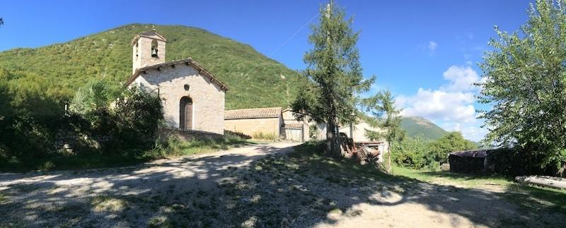 la chiesa in cima al paese